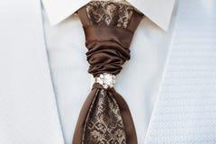 Terno branco luxuoso com laço feito a mão Foto de Stock