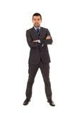 Terno cinzento vestindo estando do homem latin novo fotografia de stock