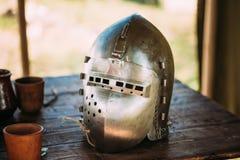 Terno de Helmet Of Medieval do cavaleiro de armadura na tabela Fotos de Stock Royalty Free