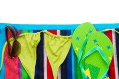 Terno de natação da American National Standard das sandálias na toalha Imagens de Stock