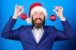 Terno do desgaste farpado do homem e chapéu formais de Santa O homem de negócios junta-se à celebração do Natal Decoração da bola imagens de stock