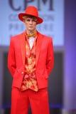 Terno e chapéu vermelhos do desgaste de homem de S.Zaytzev Imagem de Stock Royalty Free