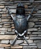 Terno parcial da parede de pedra de Armor And Swords Mounted On Foto de Stock Royalty Free