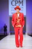 Terno vermelho do desgaste de homem da passarela da caminhada de Slava Zaytzev Foto de Stock