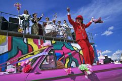 Terno vermelho no carro antiquado cor-de-rosa imagem de stock royalty free