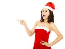 Terno vestindo do Natal da jovem mulher feliz com tampão de Santa Fotografia de Stock