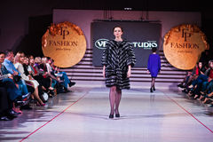 Ternopil, Ουκρανία - 12 Μαΐου 2017: Πρότυπα μόδας που φορούν τα ενδύματα Στοκ εικόνα με δικαίωμα ελεύθερης χρήσης