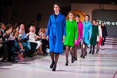 Ternopil, Ουκρανία - 12 Μαΐου 2017: Πρότυπα μόδας που φορούν τα ενδύματα Στοκ φωτογραφίες με δικαίωμα ελεύθερης χρήσης