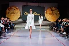 Ternopil, Ουκρανία - 12 Μαΐου 2017: Πρότυπα μόδας που φορούν τα ενδύματα Στοκ εικόνες με δικαίωμα ελεύθερης χρήσης