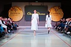 Ternopil, Ουκρανία - 12 Μαΐου 2017: Πρότυπα μόδας που φορούν τα ενδύματα Στοκ Φωτογραφίες