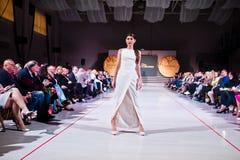Ternopil, Ουκρανία - 12 Μαΐου 2017: Πρότυπα μόδας που φορούν τα ενδύματα Στοκ Εικόνα