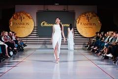 Ternopil, Ουκρανία - 12 Μαΐου 2017: Πρότυπα μόδας που φορούν τα ενδύματα Στοκ φωτογραφία με δικαίωμα ελεύθερης χρήσης