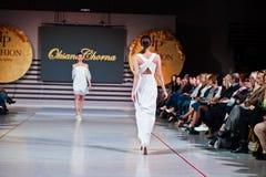 Ternopil, Ουκρανία - 12 Μαΐου 2017: Πρότυπα μόδας που φορούν τα ενδύματα Στοκ Εικόνες