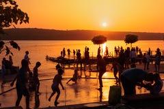 TERNOPIL, УКРАИНА - 11-ОЕ АВГУСТА 2017: Цыганский пляж на пруде Thunderbolt Игра детей с фонтаном Стоковые Изображения RF