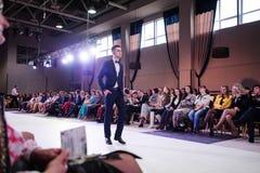 TERNOPIL УКРАИНА - 17-ОЕ МАЯ: Неделя моды Podolyany 17-ое мая 2015 Стоковые Изображения RF
