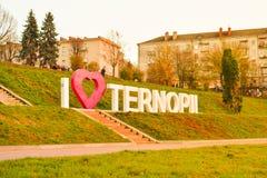 TERNOPIL, УКРАИНА - 11-ОЕ АВГУСТА 2017: Надпись от писем металла я люблю Ternopil установила 30-ое октября 2018 на обваловке  стоковое фото rf