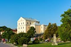 TERNOPIL, RÉGION DE TERNOPIL, UKRAINE : Le 12 août 2017 : Château de Ternopil, vue du côté de la promenade d'étang de Ternopil Image libre de droits