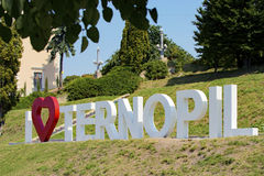 TERNOPIL, UCRÂNIA - 11 DE AGOSTO DE 2017: A inscrição do metal rotula I amor Ternopil 1º de agosto de 2017 ajustado no Fotos de Stock Royalty Free