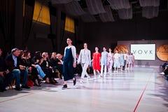 Ternopil, Ucraina - 12 maggio 2017: Modelli di moda che indossano i vestiti Fotografie Stock Libere da Diritti