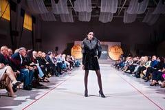 Ternopil, Ucraina - 12 maggio 2017: Modelli di moda che indossano i vestiti Fotografia Stock