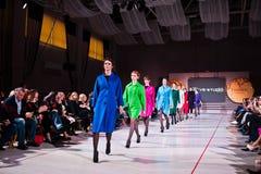 Ternopil, Ucraina - 12 maggio 2017: Modelli di moda che indossano i vestiti Immagini Stock