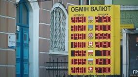 Ternopil, Ucrania - 4 de abril de 2019 Un tablero de Bureau de Change del intercambio de moneda que muestra los dólares, los euro almacen de video