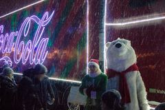 Ternopil, Ucrania - 5 de enero de 2019: El camión de la Navidad de Coca-Cola visita Ternopil imagen de archivo