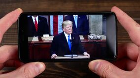 Ternopil, Ucrania - 19 de febrero de 2018: mira al presidente Donald Trump de los E.E.U.U. en smartphone metrajes