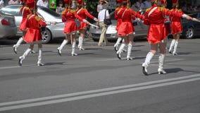 Ternopil, Ucrania 27 de junio de 2019: Batería de las chicas jóvenes en rojo en el desfile Funcionamiento de la calle en ocasión  almacen de metraje de vídeo