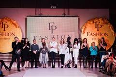 Ternopil, Ucrania - 12 de mayo de 2017: Diseñadores de los modelos de moda en el th Fotos de archivo