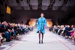 Ternopil, Ucrania - 12 de mayo de 2017: Modelos de moda que llevan la ropa Imagen de archivo