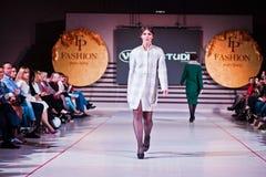 Ternopil, Ucrania - 12 de mayo de 2017: Modelos de moda que llevan la ropa Foto de archivo libre de regalías