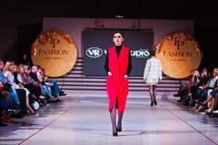 Ternopil, Ucrania - 12 de mayo de 2017: Modelos de moda que llevan la ropa Fotografía de archivo