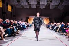 Ternopil, Ucrania - 12 de mayo de 2017: Modelos de moda que llevan la ropa Fotografía de archivo libre de regalías