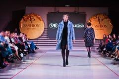 Ternopil, Ucrania - 12 de mayo de 2017: Modelos de moda que llevan la ropa Fotos de archivo