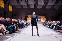 Ternopil, Ucrania - 12 de mayo de 2017: Modelos de moda que llevan la ropa Foto de archivo