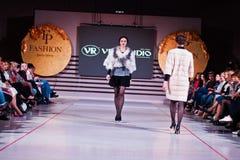 Ternopil, Ucrania - 12 de mayo de 2017: Modelos de moda que llevan la ropa Fotos de archivo libres de regalías