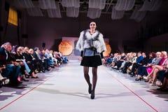 Ternopil, Ucrania - 12 de mayo de 2017: Modelos de moda que llevan la ropa Imágenes de archivo libres de regalías