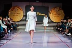 Ternopil, Ucrania - 12 de mayo de 2017: Modelos de moda que llevan la ropa Imagen de archivo libre de regalías