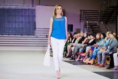 TERNOPIL UCRANIA - 17 DE MAYO: Semana de la moda de Podolyany 17 de mayo de 2015 Imágenes de archivo libres de regalías