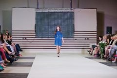 TERNOPIL UCRANIA - 17 DE MAYO: Semana de la moda de Podolyany 17 de mayo de 2015 Foto de archivo
