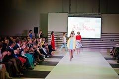 TERNOPIL UCRANIA - 17 DE MAYO: Semana de la moda de Podolyany 17 de mayo de 2015 Imagenes de archivo