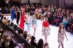 TERNOPIL UCRANIA - 17 DE MAYO: Semana de la moda de Podolyany 17 de mayo de 2015 Fotografía de archivo libre de regalías