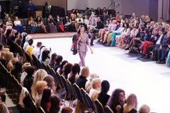 TERNOPIL UCRANIA - 17 DE MAYO: Semana de la moda de Podolyany 17 de mayo de 2015 Imagen de archivo libre de regalías