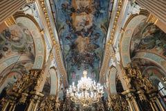 Ternopil, Ukraina - 20 2018 Październik: Katedra Niepokalany poczęcie maryja dziewica, sufit i świecznik Błogosławeni, obraz stock