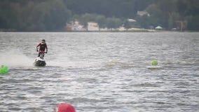 TERNOPIL, UKRAINE - 23 AOÛT : Jet Ski Challenge de l'Europe de l'est 2016, les 22-24 août, homme sur WaveRunner tourne très rapid banque de vidéos