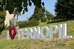 TERNOPIL, UKRAINE - 11. AUGUST 2017: Aufschrift vom Metall beschriftet i-Liebe Ternopil, das am 1. August 2017 auf eingestellt wi Lizenzfreie Stockfotos