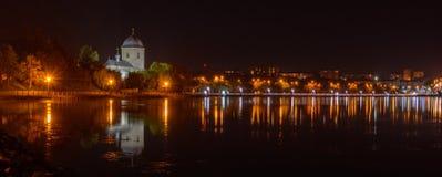 TERNOPIL, UKRAINE - 11. AUGUST 2017: Kirche des Exaltation des Kreuzes über dem Ternopil-Teich Die Straße von stockbilder