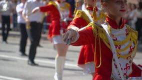 Ternopil, Ukraine am 27. Juni 2019: Schlagzeuger der jungen Mädchen im Rot an der Parade Straßenleistung anlässlich stock video footage