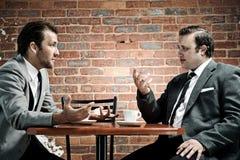 Ternos, café e conversação Imagens de Stock Royalty Free